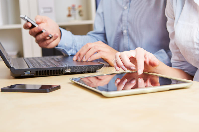 Bedrijfs mensen met tablet stock afbeelding