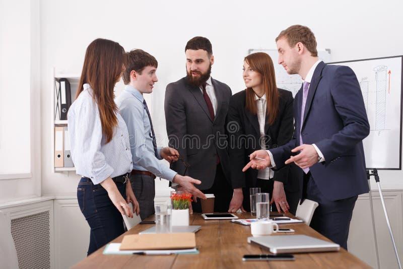Bedrijfs Mensen 11 Succesvol team in modern bureau dichtbij lijst stock foto