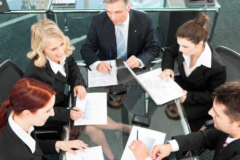 Bedrijfs mensen - vergadering in een bureau stock fotografie