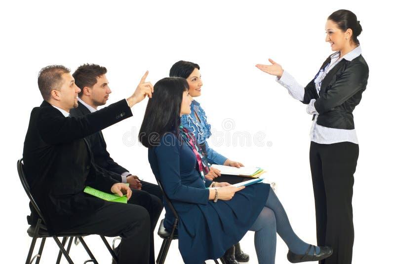 Bedrijfs mensenkennis bij seminarie stock foto