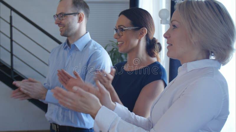 Bedrijfs mensenteam het toejuichen stock afbeelding