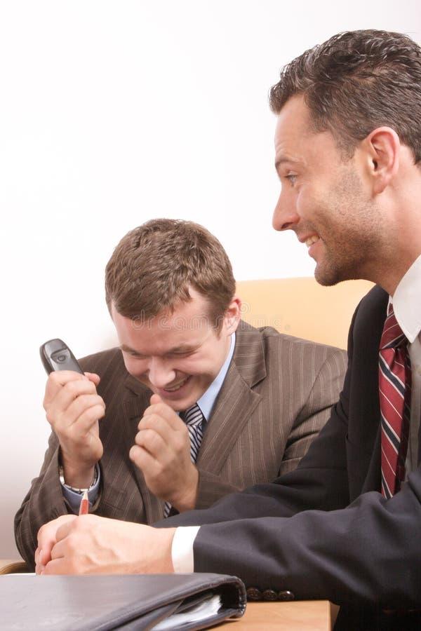 Bedrijfs mensenteam tijdens onderhandelingen - goed nieuws stock afbeelding