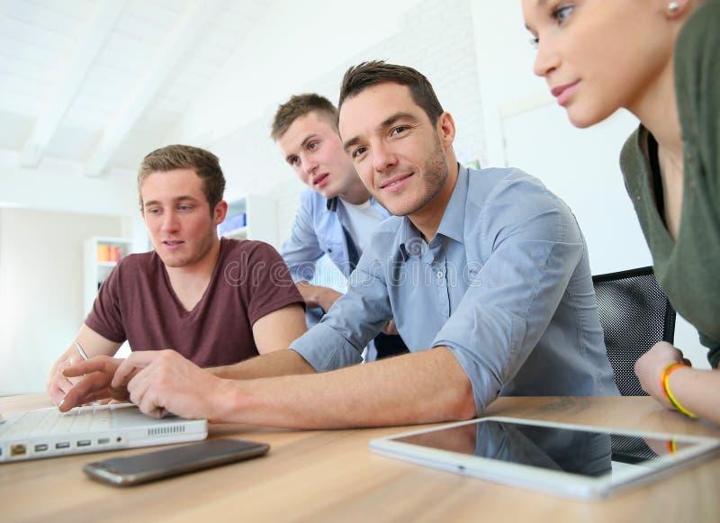 Bedrijfs opleiding in klaslokaal royalty-vrije stock afbeelding