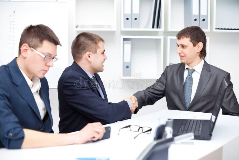 Bedrijfs overeenkomst onder businesspeople stock foto