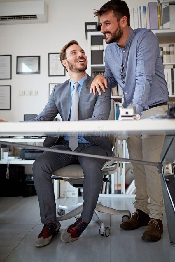 Bedrijfs overleg Bedrijfs mensen die aan computer samenwerken stock fotografie