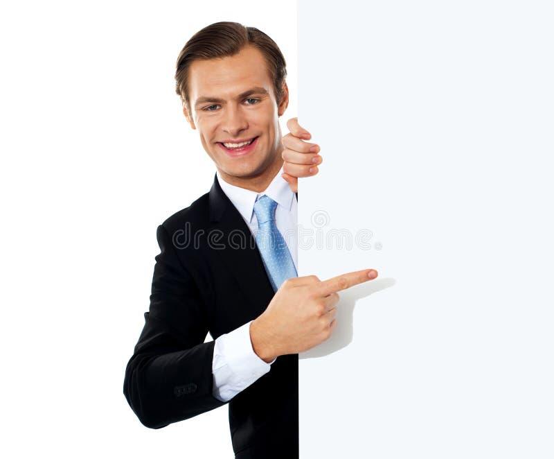 Bedrijfs persoon die naar leeg uithangbord richt stock foto