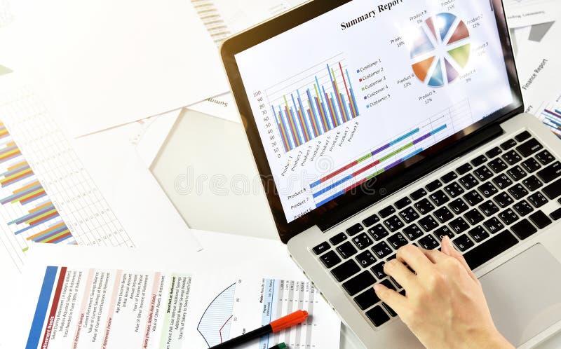 Bedrijfs rapport en strategie planning, de gegevensdocumenten van het Bedrijfsvrouwenoverzicht royalty-vrije stock afbeelding