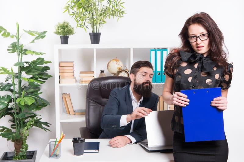 Bedrijfs rapport Paar in bureau Succesvol Commercieel Team Man en aantrekkelijke vrouw Chef- managerdirecteur en ceo stock foto's