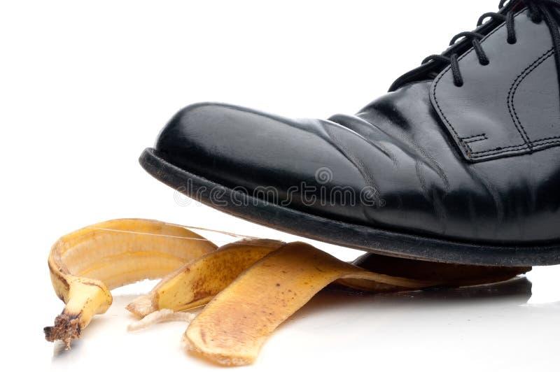 Bedrijfs schoen ongeveer om uit te glijden royalty-vrije stock afbeelding