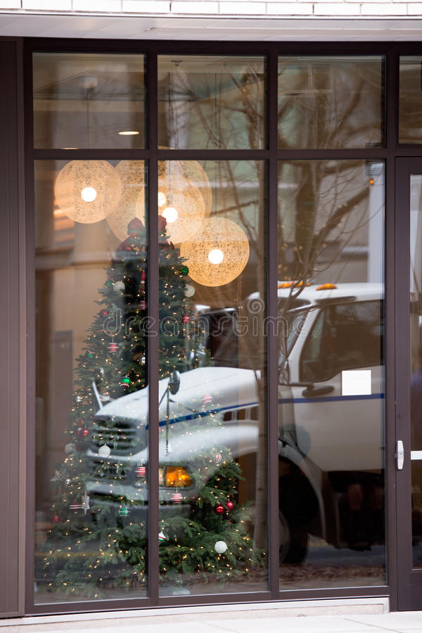 Bedrijfs semi vrachtwagen in bezinning van Kerstmisvenster stock fotografie