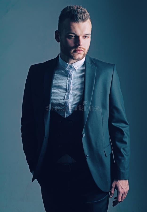 Bedrijfs stijl Zeker en succesvol Knappe jonge mens in een pak Elegante knappe bedrijfs ge?soleerde mens royalty-vrije stock foto