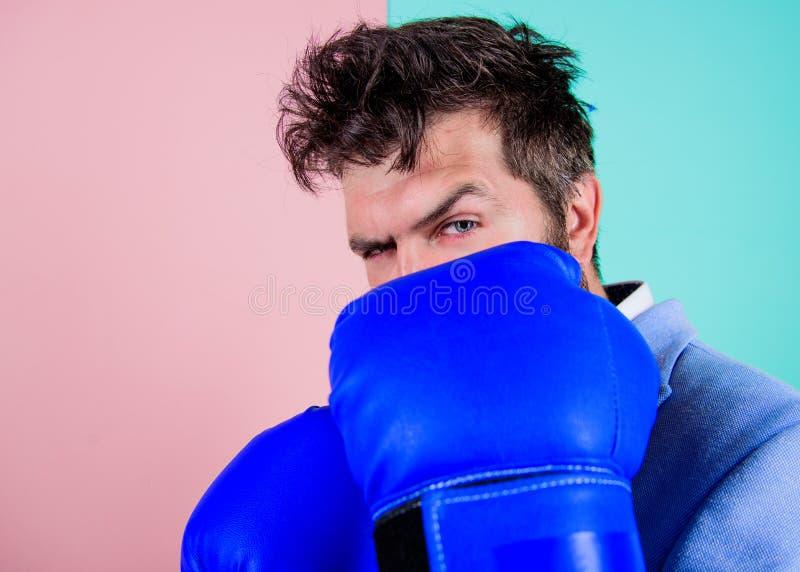 Bedrijfs strategie Zakenman in formeel kostuum klaar aan te vallen of te verdedigen Het vechten voor bedrijfssucces Zakenman stock afbeelding