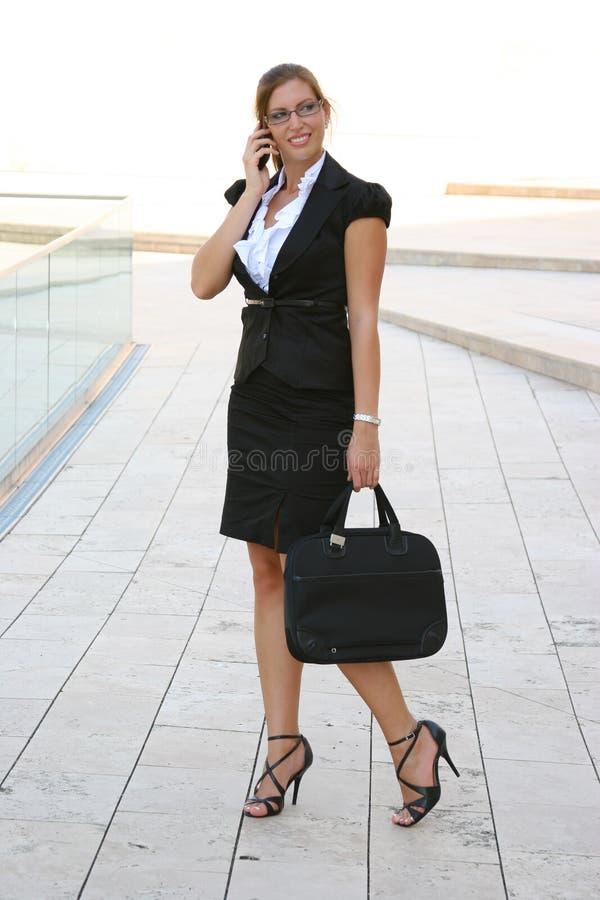 Bedrijfs vrouw in de stad royalty-vrije stock afbeelding