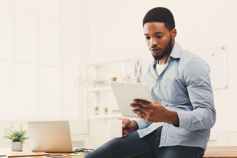 Bedrijfs vrouw die aan digitale tablet werken stock afbeelding
