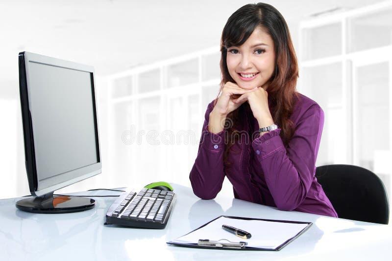 Bedrijfs vrouw die aan haar bureau werkt royalty-vrije stock fotografie