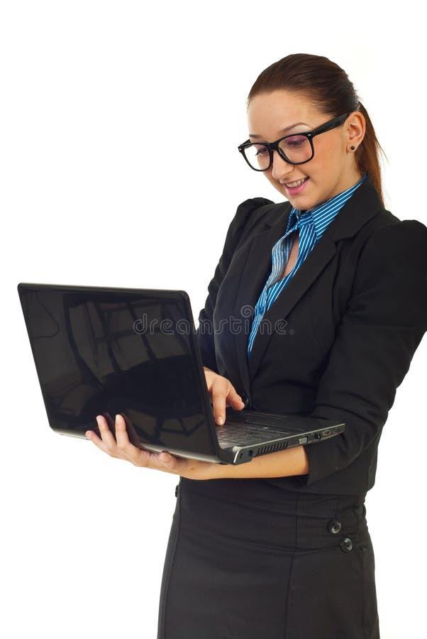 Bedrijfs vrouw die aan laptop werkt stock afbeelding
