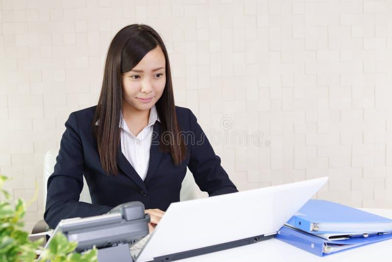 Bedrijfs vrouw die aan laptop werkt royalty-vrije stock foto