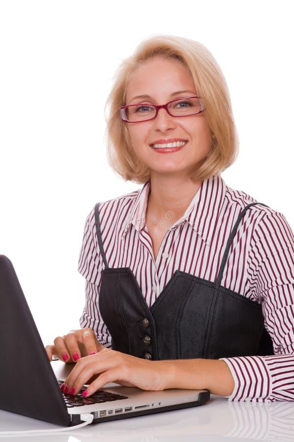 bedrijfs vrouw die bij haar laptop werkt royalty-vrije stock fotografie
