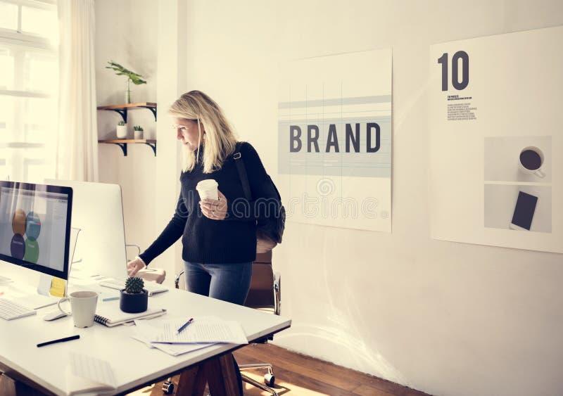 Bedrijfs vrouw die in bureau werkt royalty-vrije stock afbeeldingen