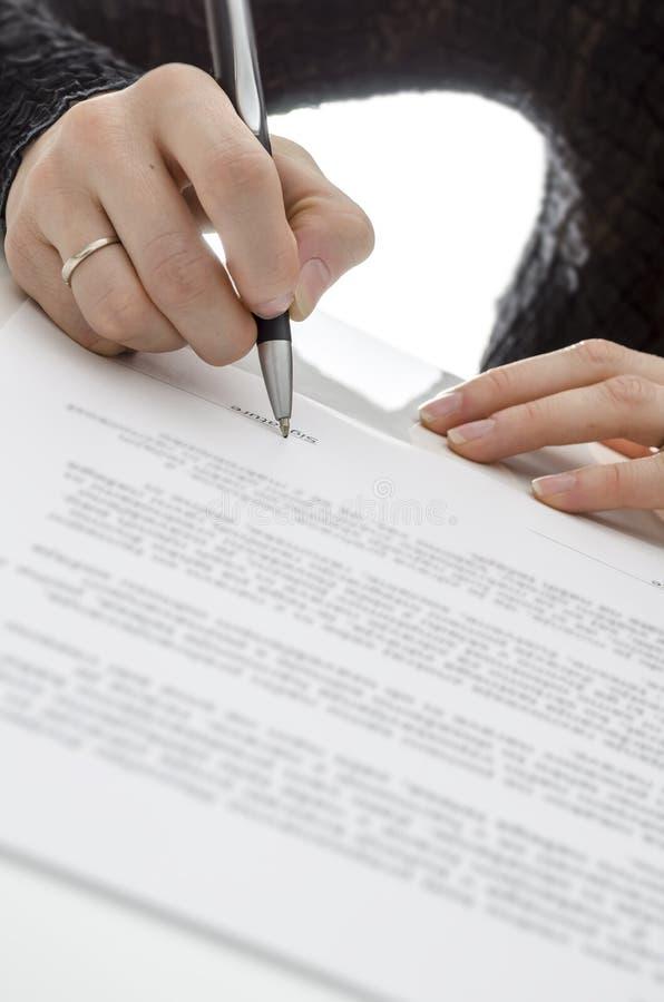 Bedrijfs vrouw die een contract ondertekenen royalty-vrije stock foto