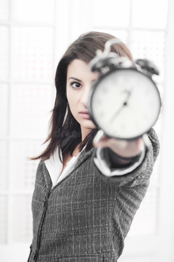 Bedrijfs vrouw die een klok toont stock foto's