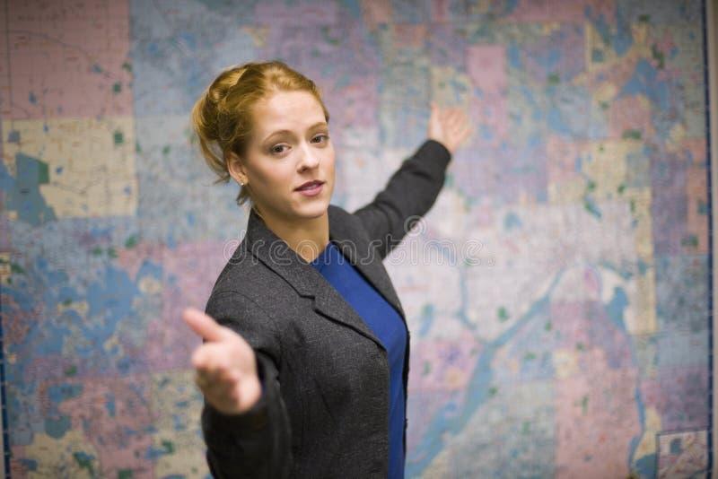 Bedrijfs vrouw die een presentatie geeft stock foto