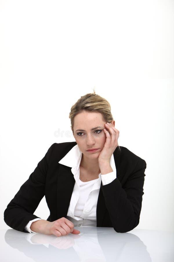 Bedrijfs vrouw die gedeprimeerd kijkt royalty-vrije stock afbeelding
