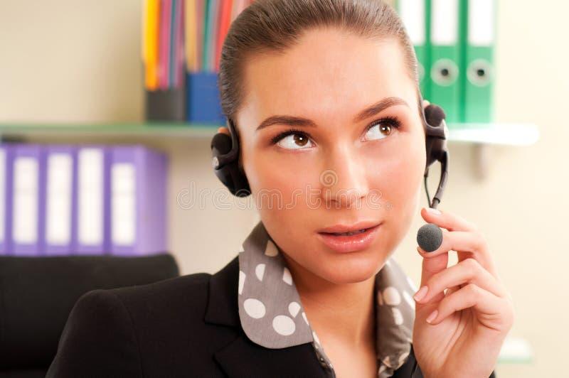 Bedrijfs vrouw die hoofdtelefoons draagt stock afbeeldingen
