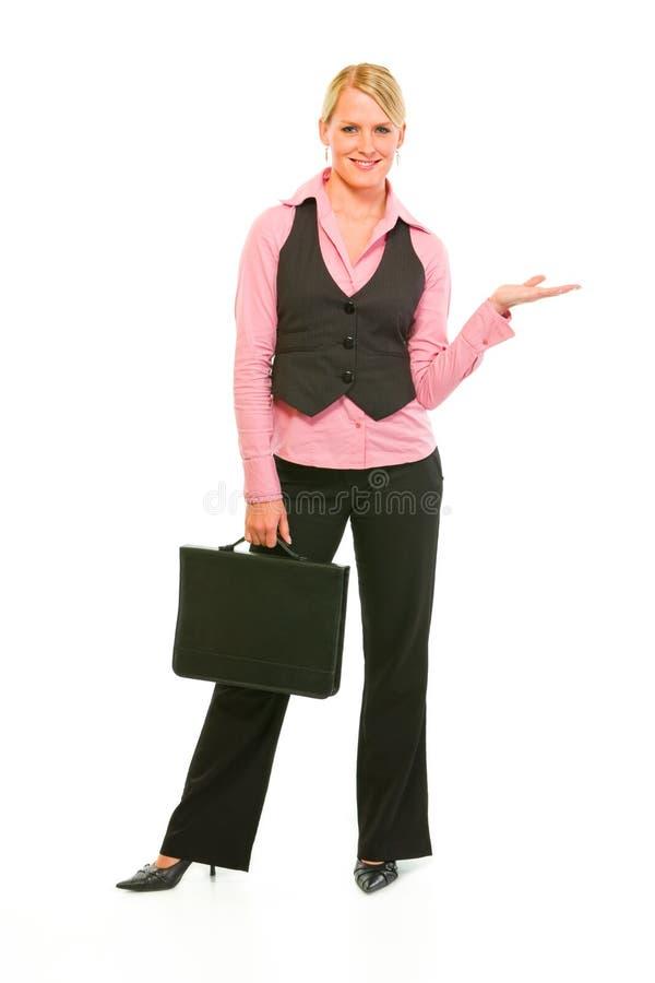 Bedrijfs vrouw die iets op lege palm toont stock afbeeldingen