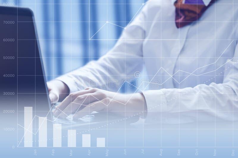 Bedrijfs vrouw die laptop in bureau met behulp van stock afbeeldingen