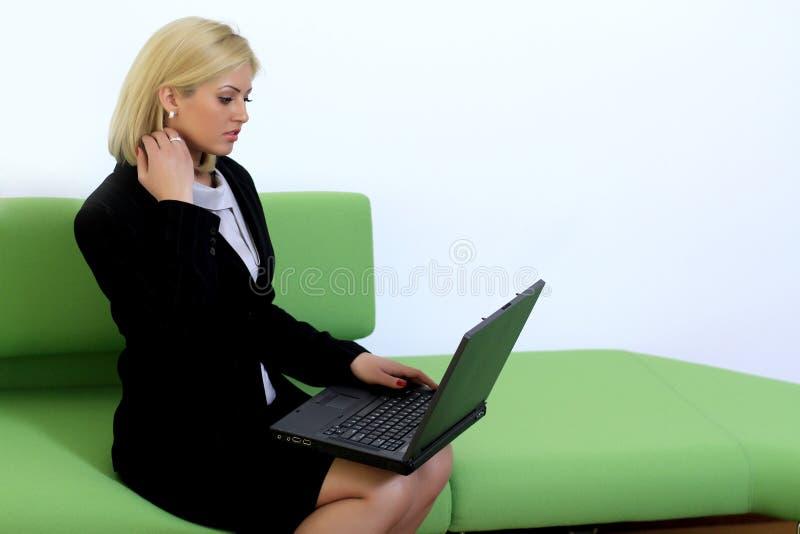 Bedrijfs vrouw die laptop met behulp van royalty-vrije stock foto
