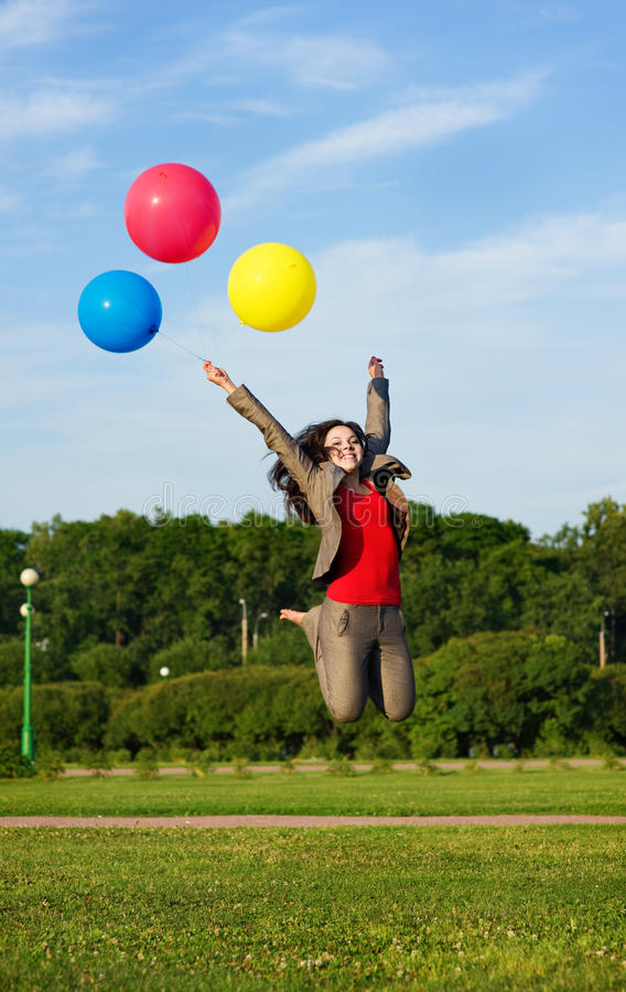 Bedrijfs vrouw die met ballons springt royalty-vrije stock afbeelding