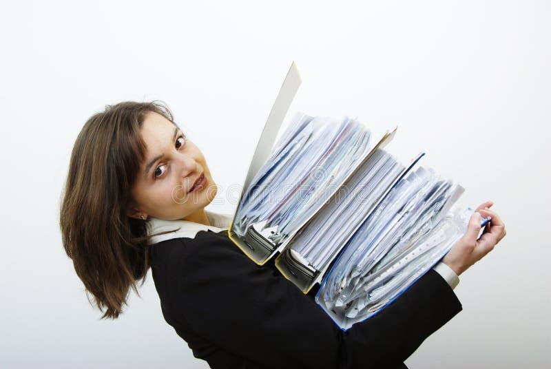Bedrijfs vrouw die met zware dossiers wordt overbelast royalty-vrije stock foto's