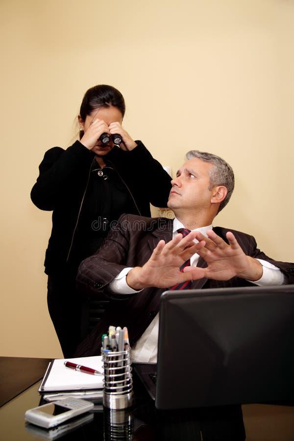 Bedrijfs vrouw die naar vertrouwelijke info zoekt stock foto's