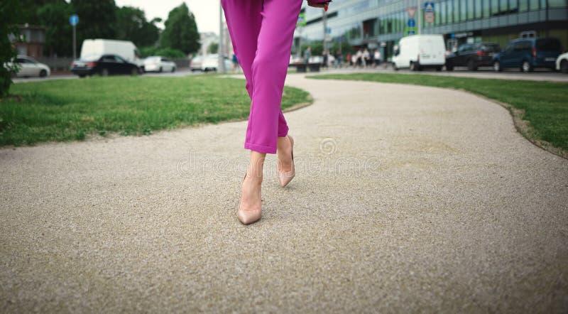 Bedrijfs vrouw die onderaan de straat loopt stock fotografie