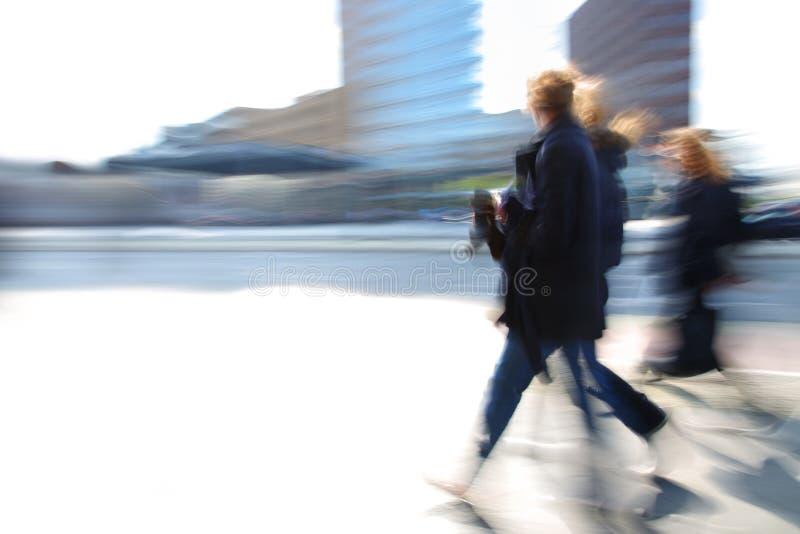 Bedrijfs vrouw die onderaan straat loopt royalty-vrije stock foto's