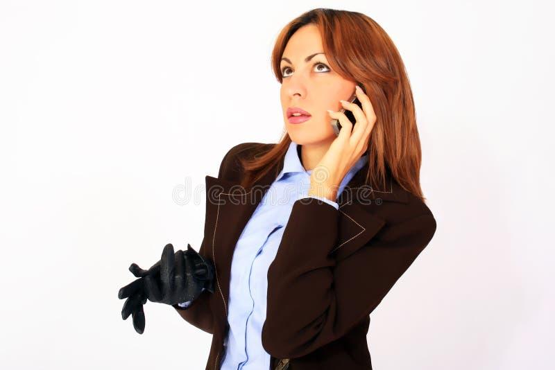 Bedrijfs vrouw die op de celtelefoon spreekt royalty-vrije stock afbeelding