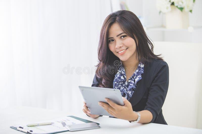 Bedrijfs Vrouw die PC van de Tablet met behulp van stock afbeeldingen
