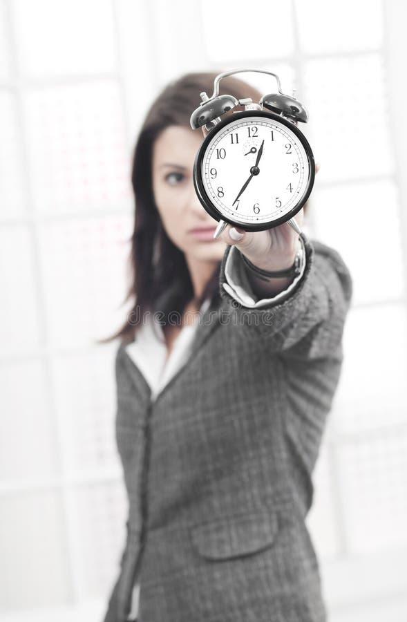 Bedrijfs vrouw die tegen tijd wordt beklemtoond stock foto