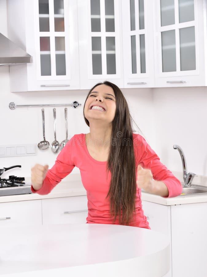 Bedrijfs vrouw die thuis werkt royalty-vrije stock afbeelding