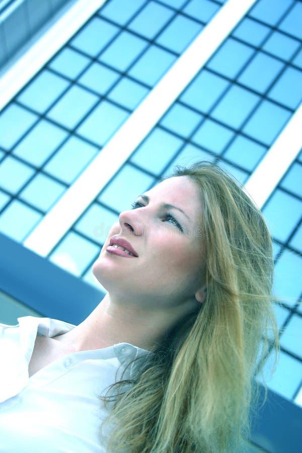 Bedrijfs vrouw die vooruit kijkt.   royalty-vrije stock fotografie