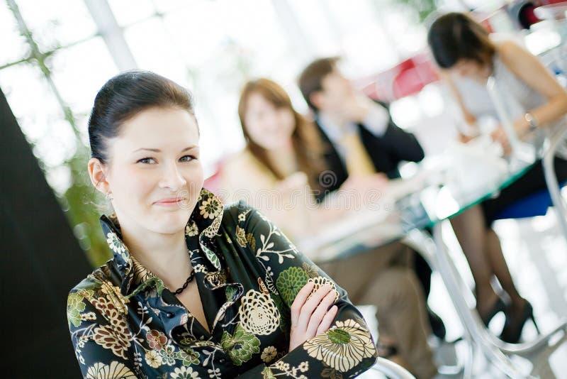 Bedrijfsvrouw in een bureaumilieu stock foto's