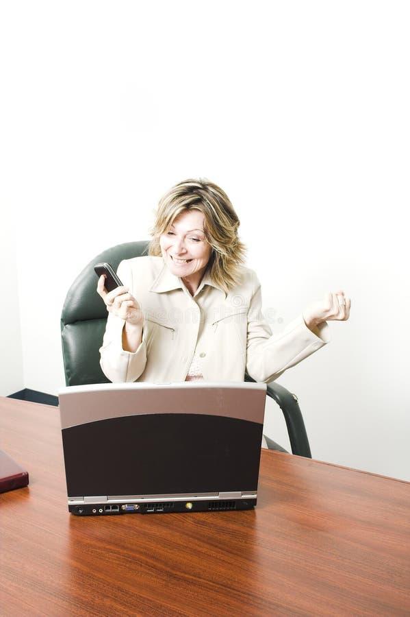 Bedrijfs vrouw gelukkig met cellphone royalty-vrije stock afbeelding