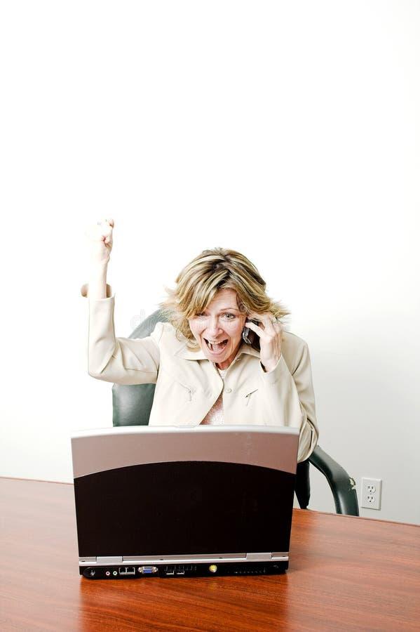 Bedrijfs vrouw gelukkig op cellphone stock foto