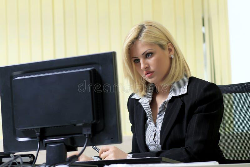Bedrijfs vrouw in haar bureau royalty-vrije stock fotografie