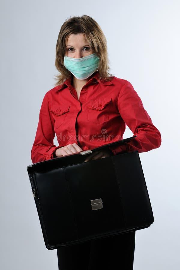 Bedrijfs vrouw met aktentas en maskerbescherming stock fotografie