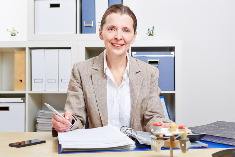 Download Bedrijfs Vrouw Met Dossiers In Bureau Stock Foto - Afbeelding bestaande uit blij, bereken: 29507554
