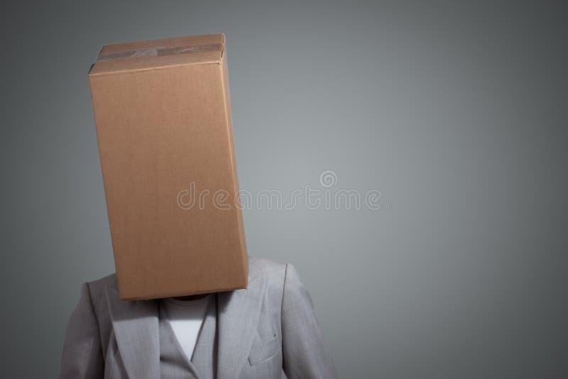 Bedrijfs vrouw met een hoofd van de kartondoos stock fotografie