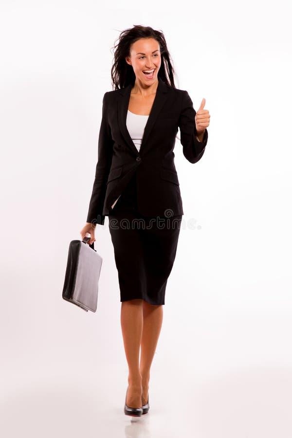 Bedrijfs vrouw met haar aktentas die - loopt stock afbeeldingen