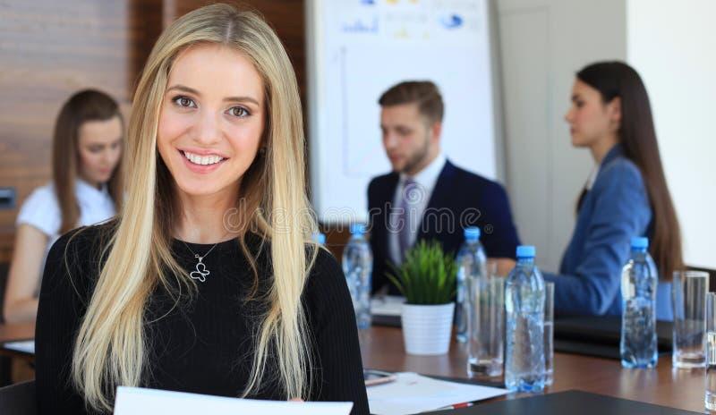 Bedrijfs vrouw met haar personeel royalty-vrije stock afbeelding